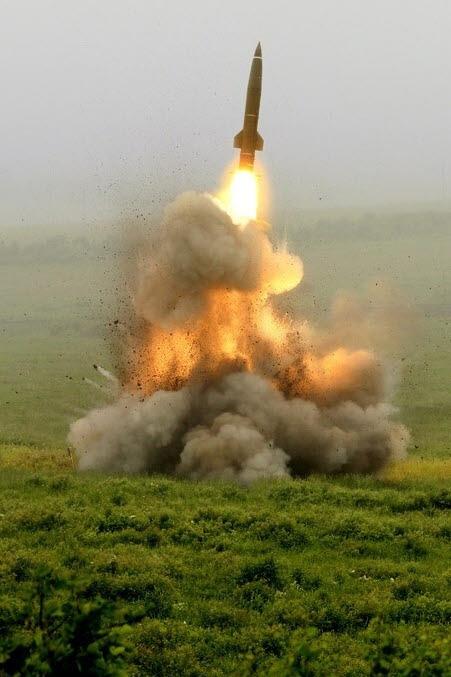 """북한이 4일 오전 강원도 원산 호도반도 일대에서 여러 발의 단거리 미사일을 발사했다. 합동참모본부는 이날 """"북한이 오전 9시6분경부터 9시27분경까지 원산북방 호도반도 일대에서 북동쪽 방향으로 불상 단거리 발사체 수발을 발사했다""""고 밝혔다. 발사된 발사체는 동해상까지 약 70㎞에서 200㎞까지 비행했으며 미사일 발사 의도와 기종 등 추가정보에 대해서는 한미가 정밀분석 중에 있다. [뉴스1]"""