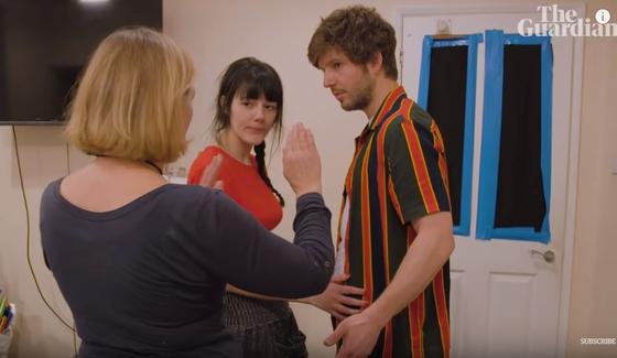 인티머시 코디네이터 이타 오브라이언이 키스신을 연기하는 배우들에게 사전에 동의된 내용과 동작들을 확인하는 모습. [사진 가디언]