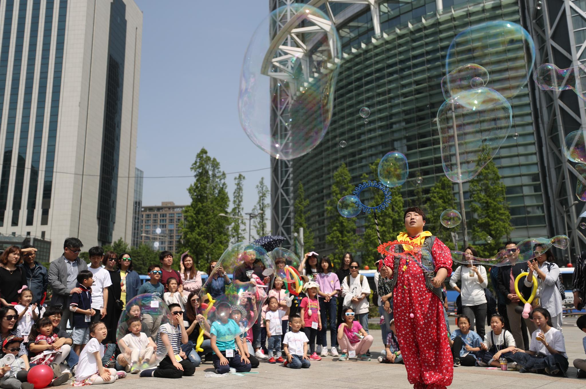 '어린이날 희망타종행사'에 앞서 어린이들이 버블쇼를 보며 즐거워하고 있다. [연합뉴스]
