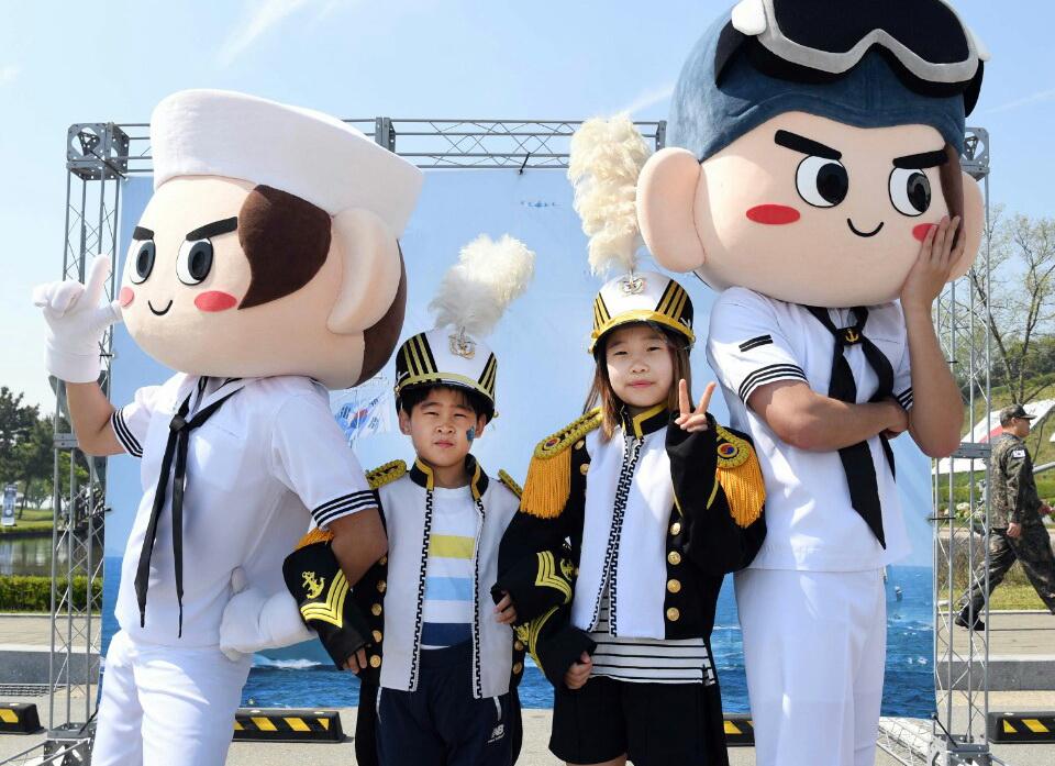 5일 경기도 평택 해군2함대 사령부에서 어린이날 부대 공개행사에 참가한 어린이들이 해군 마스코트와 추억을 남기고 있다. [사진 해군2함대]