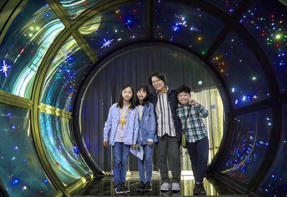 소중 학생기자단은 이정규(왼쪽에서 셋째) 노원우주학교 관장을 만나 블랙홀에 관해 알아봤다.