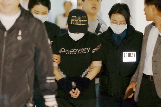재혼한 남편 김모(31)씨와 공모해 중학생 딸을 살해하고 시신을 유기한 혐의를 받는 친모 유모(39)씨가 살인 혐의 등으로 2일 구속 전 피의자 심문을 받기 위해 광주지법으로 압송되고 있다. [뉴스1]