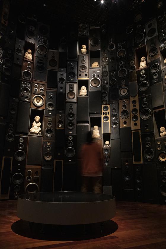 김승영 작가가 국립중앙박물관과 협업해 완성한 설치작품 '도시 속의 나한'. 700개의 스피커를 탑처럼 쌓아올려 그 사이에 나한상 29구를 배치했다. [사진 국립중앙박물관]