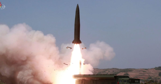 북한 조선중앙TV가 5일 전날 동해 해상에서 김정은 국무위원장 참관 하에 진행된 화력타격 훈련 사진을 방영했다. '북한판 이스칸데르' 미사일로 추정되는 전술유도무기가 날아가는 모습. [연합뉴스]