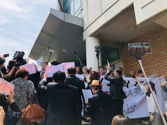 5일 오전 11시쯤 서울 강남구 대치동 S교회 원로목사 측 교인들 100여명과 담임목사 측 교인 30여명이 2층 출입구 앞에서 대치하고 있다. 남궁민 기자