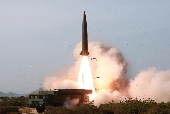지난 4일 강원도 원산에서 북한의 신형 전술유도무기가 발사되고 있다. 합참은 이 무기를 처음에는 단거리 미사일로 발표했다가 40여 분 뒤에 단거리 발사체로 바꿨다. [뉴시스]