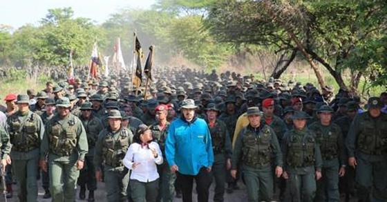 베네수엘라 코헤데스에서 열린 군사훈련을 참관한 마두로(가운데 파란 옷) 대통령[AFP=연합뉴스]