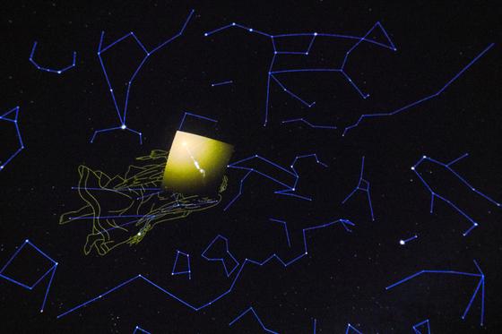처녀자리 은하단에 속한 M87은 처녀자리의 오른쪽 어깨 위쪽에서 찾을 수 있다.