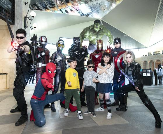 인천 파라다이스시티는 5일 어린이날을 맞아 영화 '어벤져스'에 등장하는 8명의 수퍼히어로와 함께 기념사진을 찍고, 캐릭터 상품도 구입할 수 있는 행사를 진행했다. [연합뉴스]