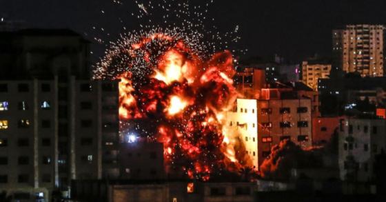 4일(현지시간) 가자지구에 이스라엘군의 공습으로 화염이 솟구치고 있다. [AFP=연합뉴스]