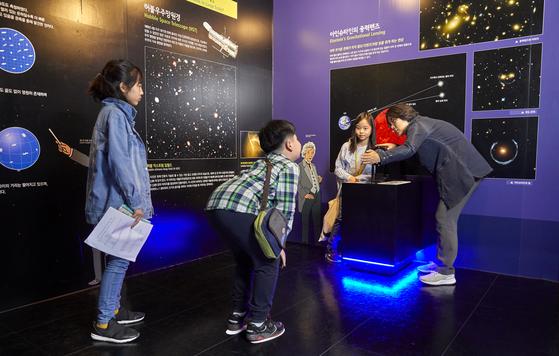 이정규(맨 오른쪽) 관장이 소중 학생기자단에게 아인슈타인의 중력렌즈를 설명하고 있다.