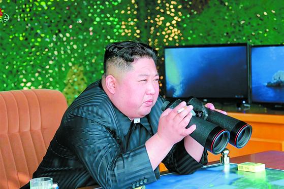 북한 관영 매체들이 강원도에서 김정은 국무위원장 참관하에 화력 타격훈련을 진행했다고 5일 보도했다. 4일 김정은 위원장이 훈련을 지켜보고 있다. [조선중앙통신=연합뉴스]