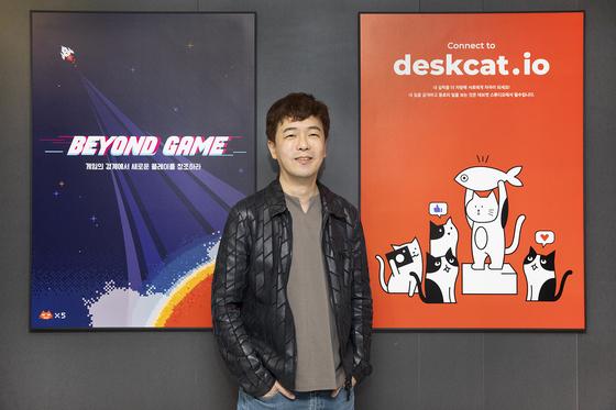 김동건 넥슨 데브캣스튜디오 총괄 프로듀서가 스튜디오 앞에서 포즈를 취하고 있다. 데브캣스튜디오에선 300여 명의 개발자들이 일하고 있다. [사진 넥슨]