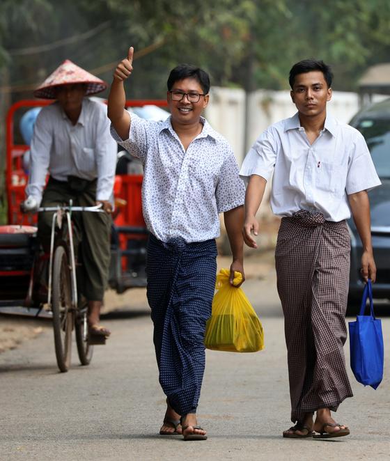 사면 조치로 511일 만에 석방된 로이터 통신 소속 와 론(왼쪽), 초 소에 우 기자가 7일(현지시간) 미얀마 양곤의 교도소를 나오고 있다. [로이터=연합뉴스]