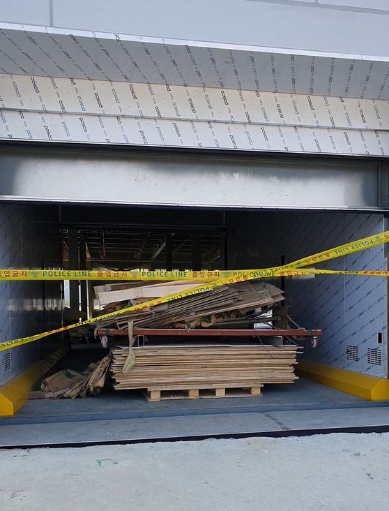 지난달 10일 김태규씨가 작업하다 추락한 화물 엘리베이터. 김씨는 5층의 폐자재 등을 엘리베이터 안에 옮기다 반대쪽의 열려 있던 문 밖으로 떨어진 것으로 조사됐다. [사진 유족]
