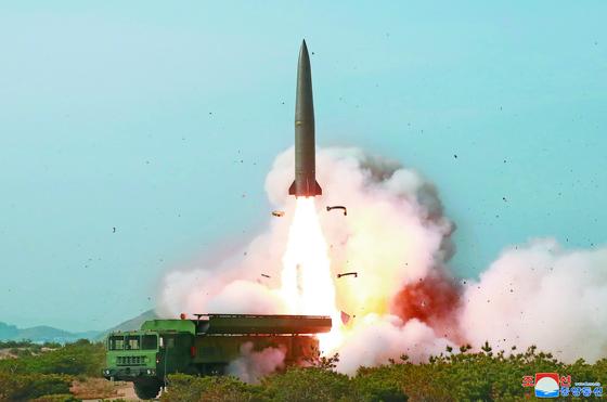 김정은 북한 국무위원장이 참관한 가운데 지난 4일 동해상에서 진행된 대구경 장거리 방사포와 전술유도무기 화력타격훈련. [조선중앙통신]