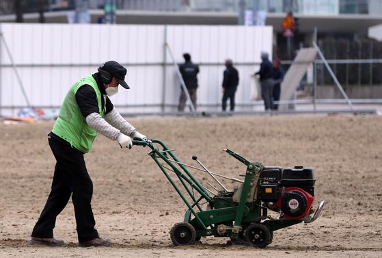 3월 13일 서울시청 앞 광장에서 용역 근로자 및 기간제 근로자들이 일하고 있다. 공공 일자리사업 확대와 농림어업 종사자 증가의 영향으로 60세 이상 취업자가 증가하고 있다. [연합뉴스]