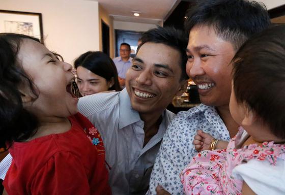 석방 후 가족을 만나는 두 기자. [AFP=연합뉴스]