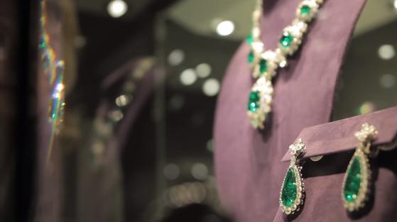 에메랄드 주얼리 컬렉션 중 목걸이와 귀걸이. 페어 쉐이프와 에메랄드를 메인 스톤으로, 라운드와 페어 쉐이프의 다이아몬드로 둘러싸여 에메랄드의 아름다움을 극대화했다. [사진 유튜브 화면 캡처]