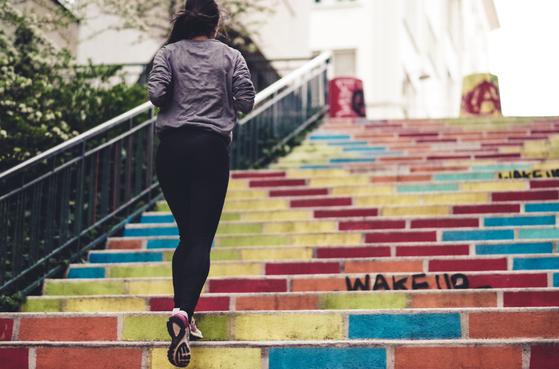 무릎 근육을 향상시키라는 이야기를 들으면 대개 레그익스텐션, 자전거 타기, 계단 오르기 등의 운동을 한다. 하지만 모든 사람의 무릎 상태가 같지 않기에 내게 잘 맞는 운동을 찾아야 한다. [사진 unsplash]