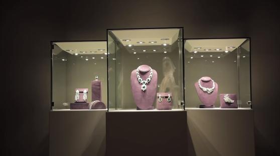 에메랄드 주얼리 컬렉션은 1962년 이탈리아에서 영화 '클레오파트라'를 촬영하던 도중 리처드 버턴에게 선물받은 것이다. 현재 가격을 매길 수는 없지만 목걸이, 팔찌, 귀걸이, 반지, 브로치를 포함한 컬렉션 전체가 약 100밀리온 달러(한화 약 천억원)의 가치로 알려져 있다. [사진 유튜브 화면 캡처]
