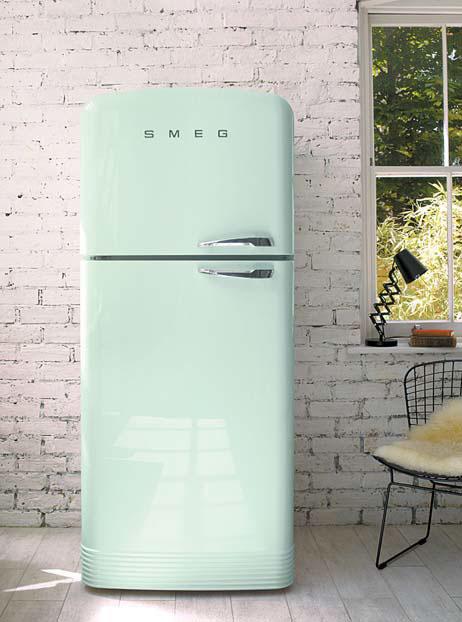 주방 분위기를 화사하게 하는 파스텔그린 컬러의 스메그 냉장고
