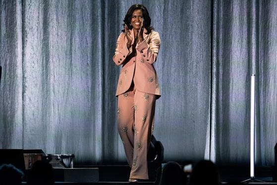 덴마크 코펜하겐에서 열린 북투어 무대에 등장한 미셸 오바마. 영부인 시절에도 미국 디자이너의 옷을 즐겨 입으며 뛰어난 패션 감각을 보여온 미셸은 이 투어에서 덴마크 디자이너 스타일 고야의 옷을 입었다. ©Martin Sylvest