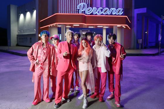 신곡 '작은 것들을 위한 시'를 피처링한 미국 가수 할시와 함께 포즈를 취한 방탄소년단. RM의 핑크 슈트 외에도 신발까지 핑크색으로 온통 차려입은 멤버들의 패션이 돋보인다. [사진 방탄소년단 공식트위터]