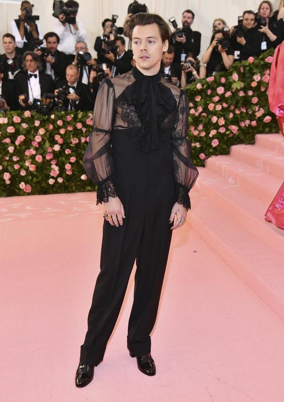 6일(현지시간) 미국 뉴욕 메트로폴리탄 미술관에서 열린 패션 모금 행사 '멧 갈라'에 참석한 가수 해리 스타일스. [=연합뉴스]