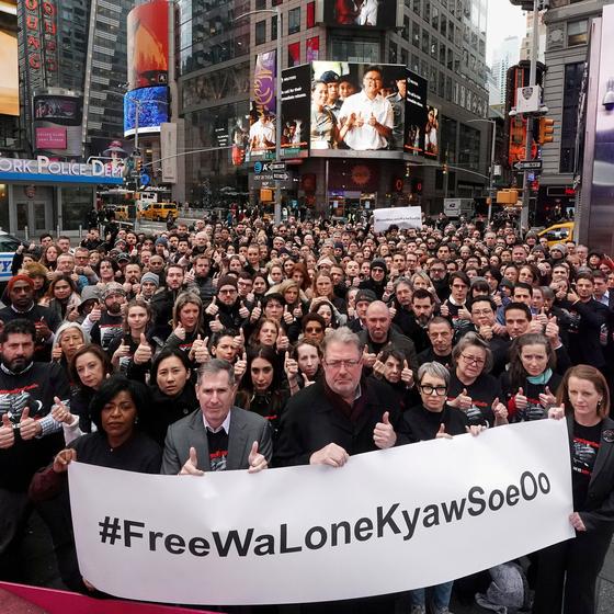 지난해 12월 미국 뉴욕 타임스퀘어 광장에서 로이터 소속 기자들이 와 론과 초 소에 우 기자의 석방을 촉구하고 있다. [로이터=연합뉴스]