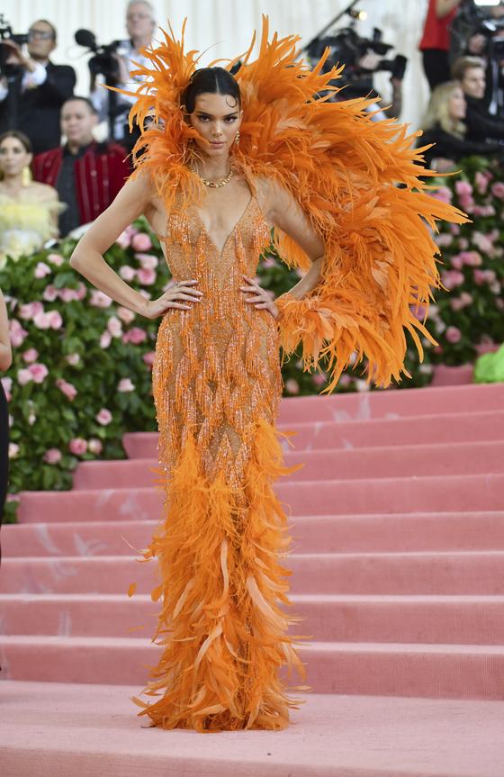 6일(현지시간) 미국 뉴욕 메트로폴리탄 미술관에서 열린 패션 모금 행사 '멧 갈라'에 참석한 모델 켄달 제너. [AP=연합뉴스]