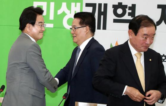 정동영 민주평화당 대표가 2일 서울 여의도 국회에서 열린 의원총회에서 박지원 의원과 인사를 하고 있다. [뉴스1]