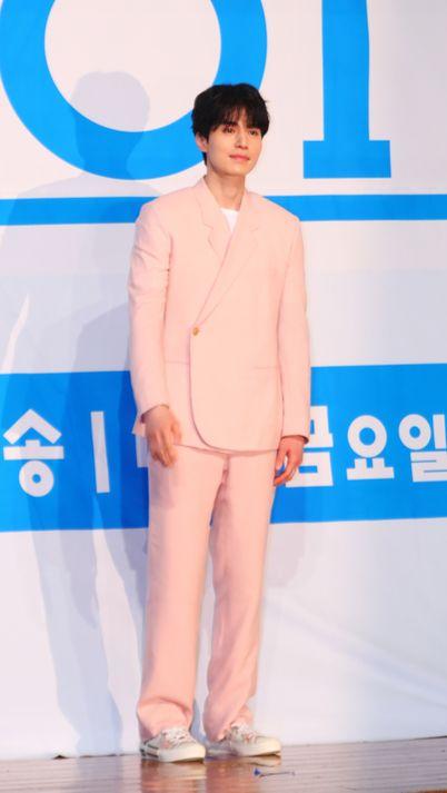 '프로듀스X101' 제작 발표회에 핑크슈트를 입은 이동욱. [사진 일간스포츠]