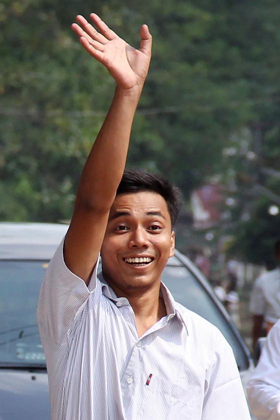 초 소에 우 기자가 마중나온 사람들에게 손을 흔들어 보이고 있다. [AFP=연합뉴스]