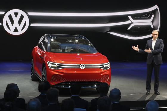지난달 '오토 상하이 2019'에서 폴크스바겐이 전기차 전용 플랫폼으로 만든 전기 SUV 'ID. 룸즈' 컨셉트카를 소개하고 있다. 완성차 업체들은 미래 차 경쟁에서 앞서기 위해 전기차 플랫폼 개발에 집중 투자하고 있다. [AP=연합뉴스]