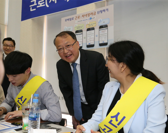 한승희 국세청장(오른쪽 두번째)은 7일 서울 성동세무서를 방문, 근로장려금 신청 현장을 점검했다. [사진 국세청]