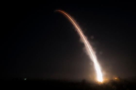 한국 시간으로 이달 1일 오후 6시 42분(현지 시간 1일 새벽 2시 42분) 미국 캘리포니아주 밴던버그 공군기지에서 발사한 미니트맨 3 대륙간탄도미사일(ICBM)이 화염을 뿜고 상승하고 있다. 이번 발사는 핵탄두를 제거한 상태로 하는 미사일 발사 훈련이다. [사진 미 공군]