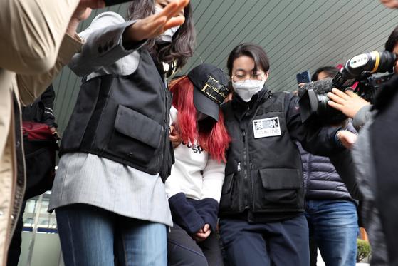 30일 광주 동부경찰서에서 재혼한 남편과 함께 중학생 딸을 살해한 혐의를 받고 있는 유모(39)씨가 경찰 조사를 받은 뒤 유치장으로 이동하고 있다. [연합뉴스]
