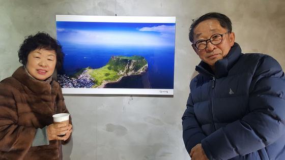 제주에 내려간 뒤 단체전에 참여한 최재영 씨가 부인 김미희 씨와 기념사진을 찍고 있다. [사진 김미희]