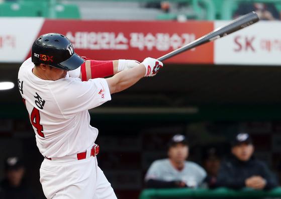 SK 거포 최정이 7일 인천 한화전에서 1회 말 동점 홈런을 날리고 있다. [연합뉴스]