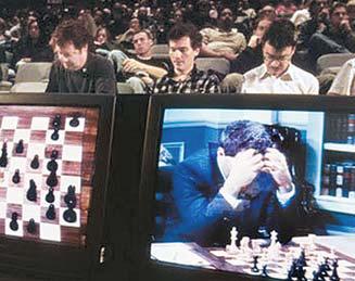 1997년 5월 IBM이 개발한 인공지능 컴퓨터 '딥블루'가 체스 세계 최고수와 겨루고 있다. [사진 한국IBM]