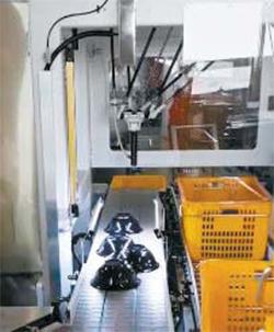 삼성웰스토리가 테스트 중인 자동식기분류적재기. 컨베이어벨트 위에 세척·건조한 식기를 알맞게 정렬하고 로봇팔을 이용해 분류도 자유자재다. [사진 삼성웰스토리]