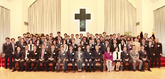 5월 3일 애지헌 교회에서 열린 대양학원 창립 79주년 기념식 참석자들이 기념 촬영을 하고 있다.