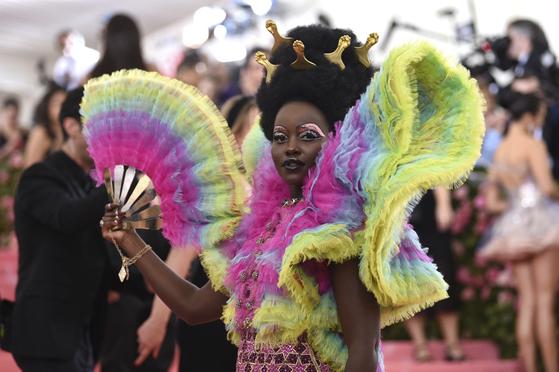 6일(현지시간) 미국 뉴욕 메트로폴리탄 미술관에서 열린 패션 모금 행사 '멧 갈라'에 참석한 배우 루피타 농오. [AP=연합뉴스]