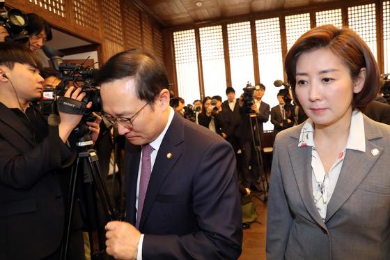 문희상 국회의장과 여야 5당 원내대표 회동이 22일 오전 서울 여의도 국회에서 열렸다. 이날 홍영표 더불어민주당 원내대표(왼쪽)와 나경원 자유한국당 원내대표가 회동을 마친 뒤 빠져나가고 있다.