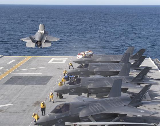 아메리카함은 강습상륙함이지만 스텔스 전투기인 F-35B 라이트닝II를 운용한다. 사실상 소형 항모라 불린다. 스텔스 전투기인 F-35B는 수직으로 이륙 또는 착륙할 수 있다. 이 때문에 대형 항모보다 작은 함정에서 운용할 수 있다. 한국 해군도 도입하는 방안을 검토하고 있다. [사진 록히드마틴] [사진 록히드 마틴]