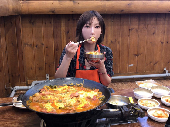 한국을 찾은 일본 유튜버 키노시타 유카가 7일 의정부에서 부대찌개 4인분을 먹는 모습. [사진 키노시타 유카]