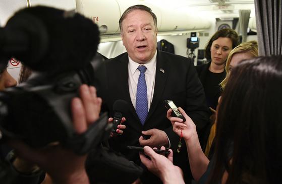 7일 갑작스럽게 이라크 바그다드를 방문한 폼페이오 미 국무장관이 비행기에서 기자들의 질문에 답하고 있다. [AP=연합뉴스]