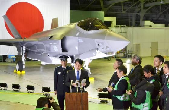 오노데라 이쓰노리(小野寺五典) 일본 방위상이 지난해 2월 아오모리(靑森) 현 미사와(三澤) 기지에서 열린 최신예 스텔스 전투기 F-35A 배치 기념식에 참석하고 있다. 일본이 도입하는 F-35 전투기는 일본 현지 공장에서 기술 지원을 받아 생산됐다. [사진 미사와 교도=연합뉴스]