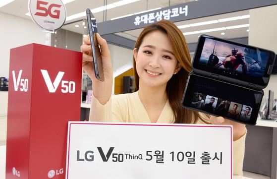 LG전자가 5G 서비스에 대한 고객 만족도를 높이기 위해 잠정 연기했던 5G 스마트폰 LG V50 ThinQ의 국내 출시를 오는 10일로 결정했다고 8일 전했다. [사진 LG전자]